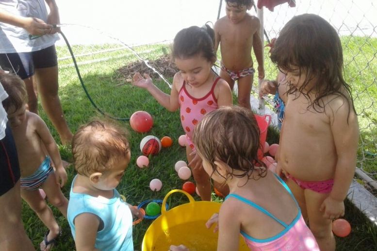 Tarde do banho de mangueira! Nossos pequenos se divertiram demais!