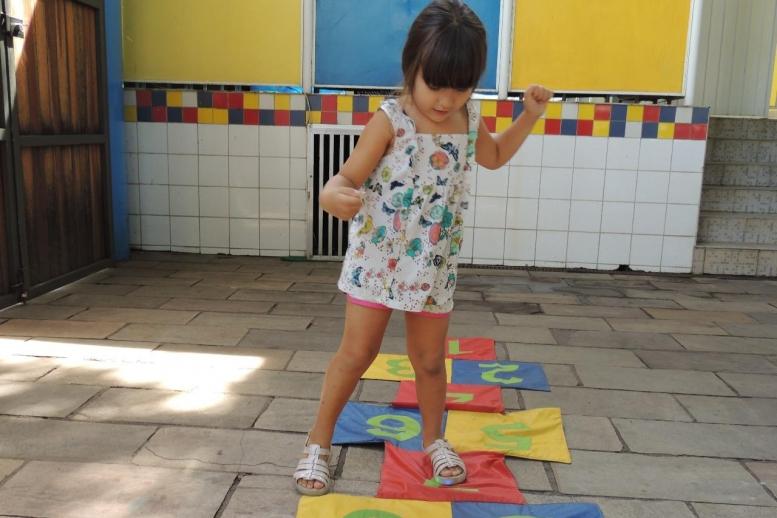 Amarelinha, pular corda e muita diversão! Amamos passar o dia com vocês!