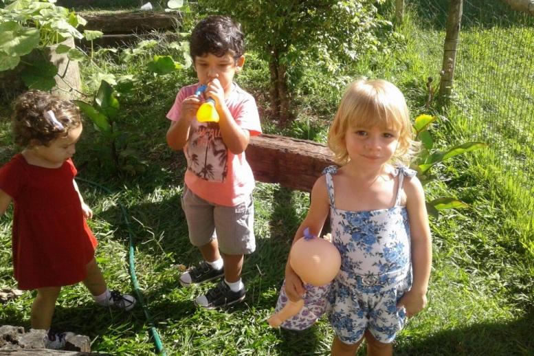 Os pequenos deitaram e rolaram! Banho de mangueira acompanhado de sacolé e muito aprendizado e brincadeira na cidade ecológica!
