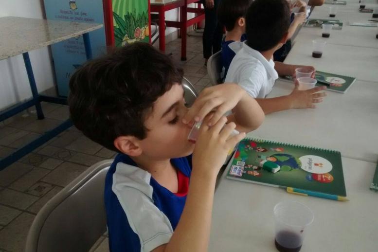 Trabalhamos o paladar e o olfato de uma forma deliciosa com a turminha do 2º ano: Experiência com sucos!