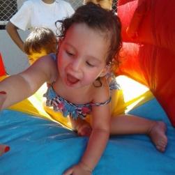Nesse calor, as crianças aproveitam de um delicioso banho de mangueira!
