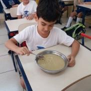 A turma do 3º ano preparou uma deliciosa receita de brigadeiro de maçã com erva cidreira